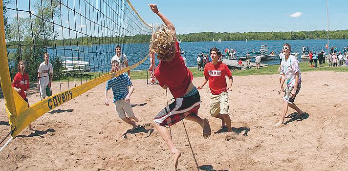 Beachvolleyballspiel mit Schülern
